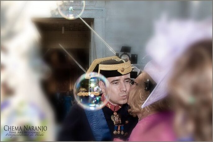El gorro es un elemento opcional para el atuendo militar del novio. Foto de Chema Naranjo
