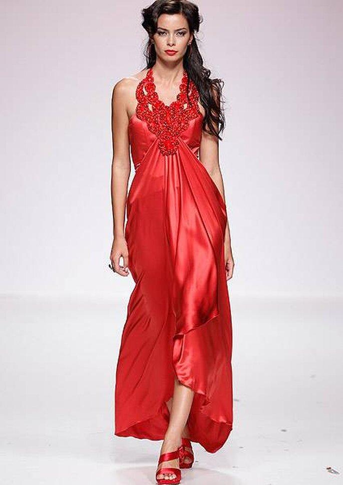 Vestido de fiesta largo con detalles de pedrería en el escote de Matilde Cano