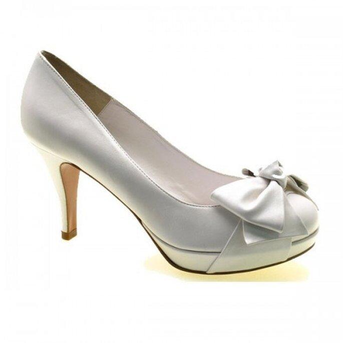 Zapatos de novia con un moño en la punta - Foto Sacha London