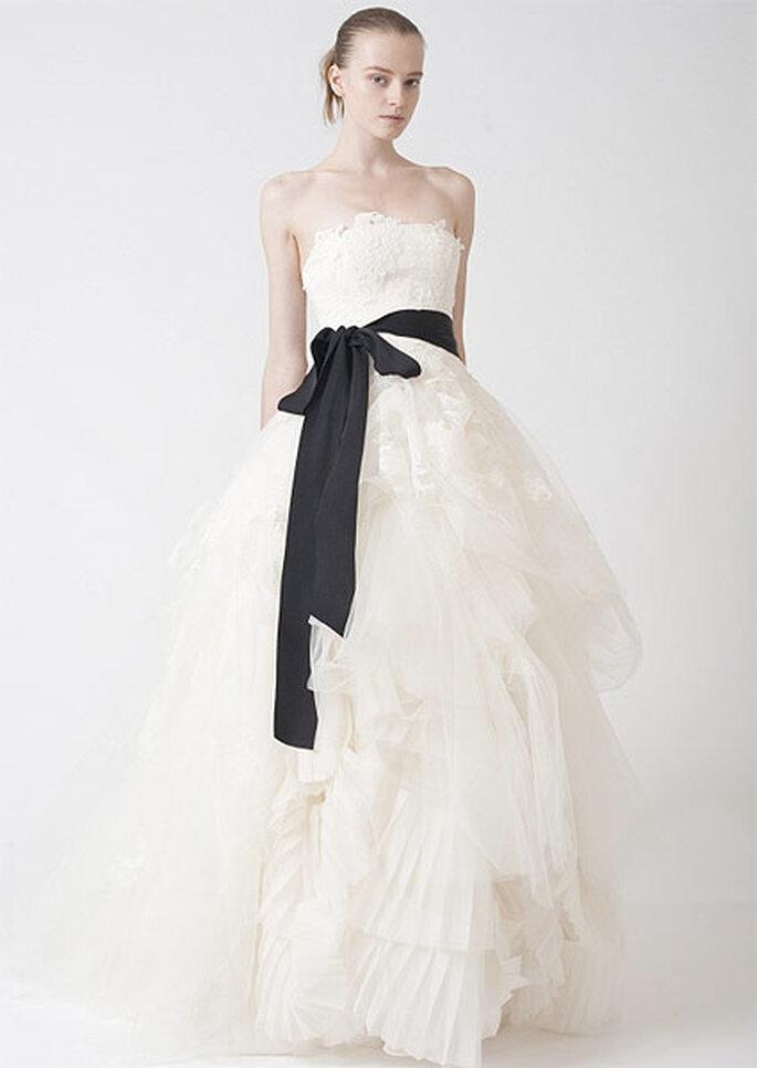 Vestido de novia con lazo en color negro, de Vera Wang 2010. Foto: Vera Wang
