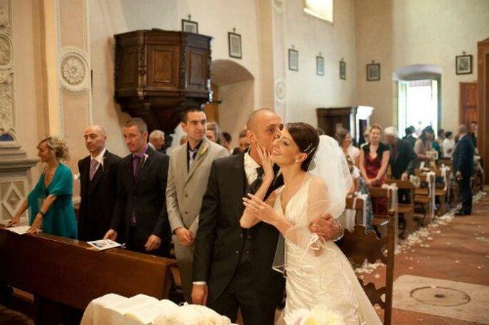 Un bacio rubato durante la cerimonia nuziale! Foto Edoardo Agresti Photographer