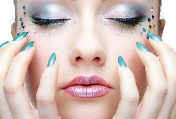 Combina los detalles de color de tu vestido con el tono de tus uñas, causarás sensación entre los invitados