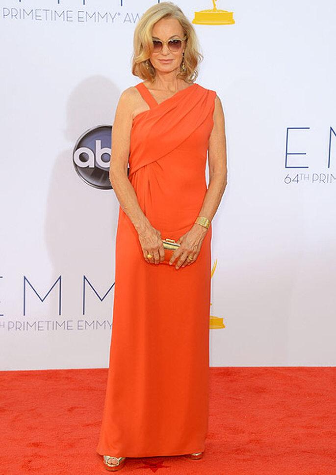 La actriz de 63 años complementó su vestido color coral con accesorios dorados. Foto: image.net