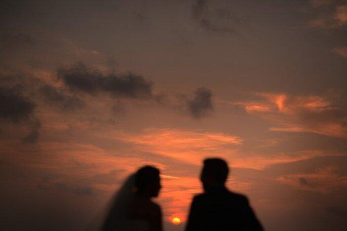 Los atardeceres al aire libre son de lo mejor para jugar con la luz y las sombras en tu sesión fotográfica de bodas. Foto de Juyá Photographer