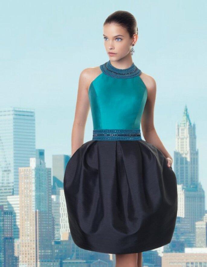 vestido de fiesta corto con corpiño en color verde esmeralda y falda en tono azul marino - Foto Rosa Clará