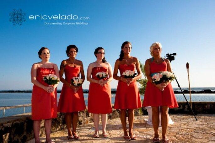 Damas de honor con vestidos que mantienen una coherencia