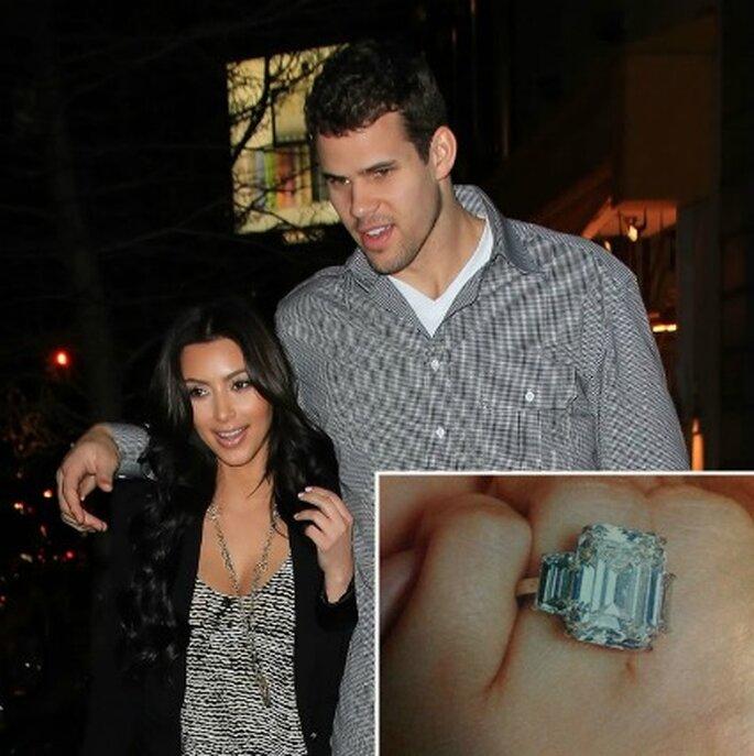 20 carati e un valore di 2 milioni di dollari per l'anello di fidanzamento di Kim Kardashian firmato Lorraine Schwartz. Foto www.luxuo.it