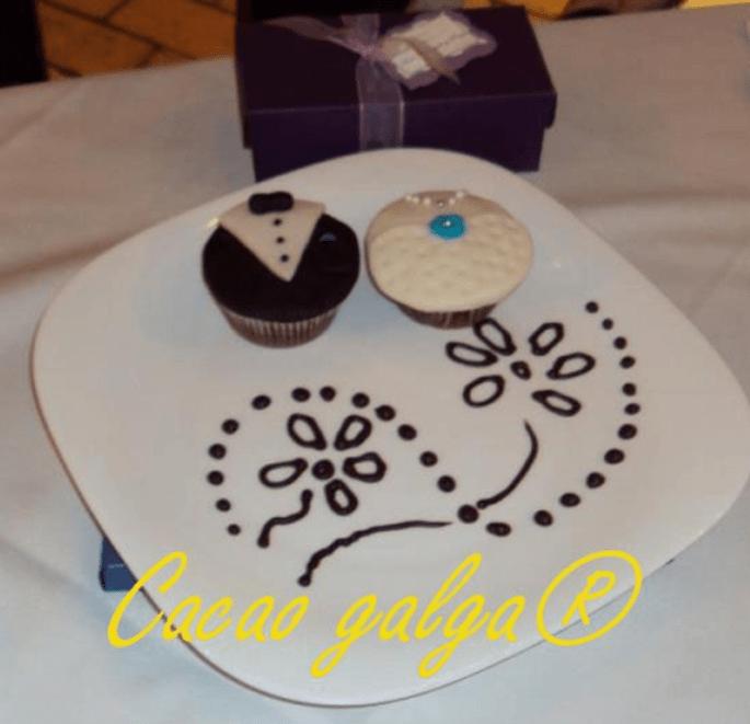 Cupcakes de novia y novio, ideales para invitación o recordatorio. Fotos: Cacao Galga
