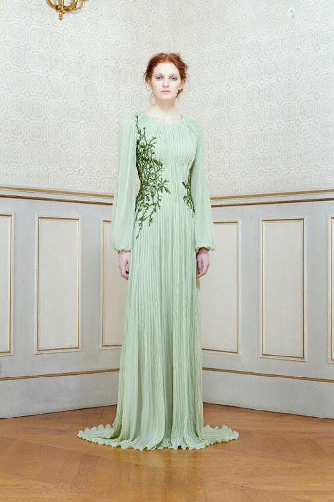 Vestido de fiesta con mangas princesa y apliques en color verde pistache - Foto Rami Al Ali