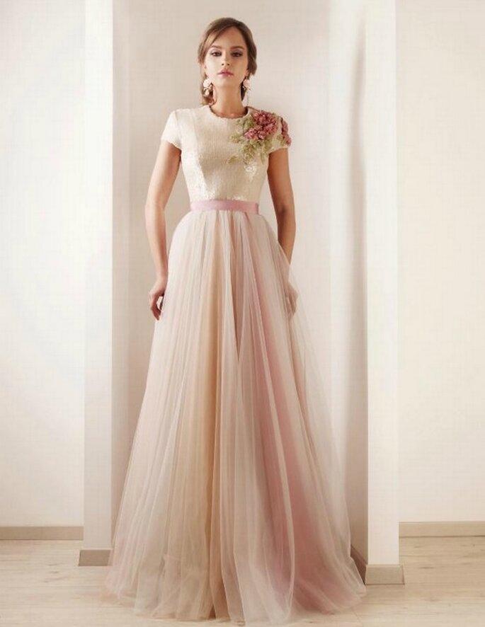 Vestido de novia con detalles de flores bordados a mano. Foto: Remi Kadis