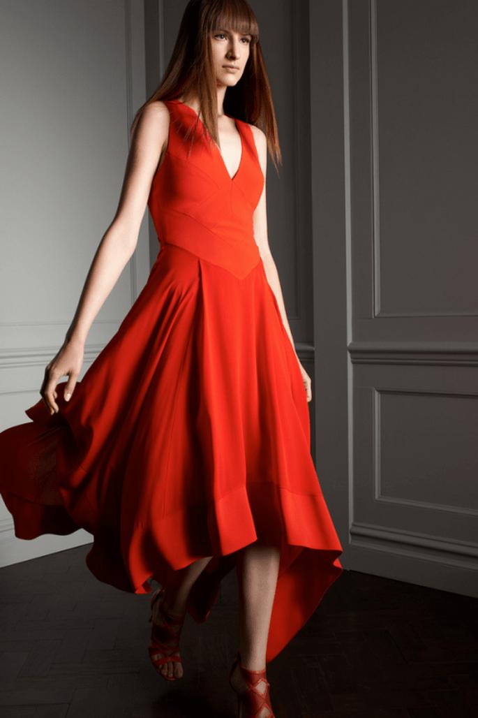 Vestido de fiesta en color rojo intenso con cuello halter y falda asimétrica - Foto Elie Saab