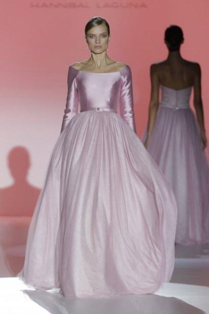 Vestido de novia en color rosa de Hannibal Laguna 2015