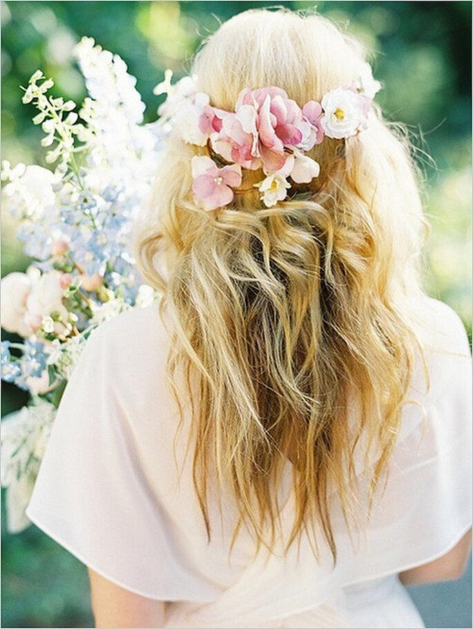 El cabello suelto es el favorito de las novias al usar corona de flores. Foto: Lianne Nichols