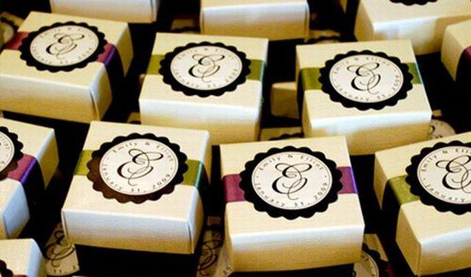 Boîtes avec les initiales des mariés - Photo : Briana Lehman