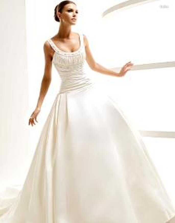 La Sposa 2010 - Leira, vestido largo en seda, de cuerpo drapeado, con escote redondo en pedrería
