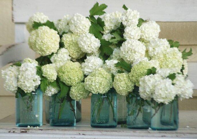 Flores en un frasco para una boda en primavera - Foto: hello julie