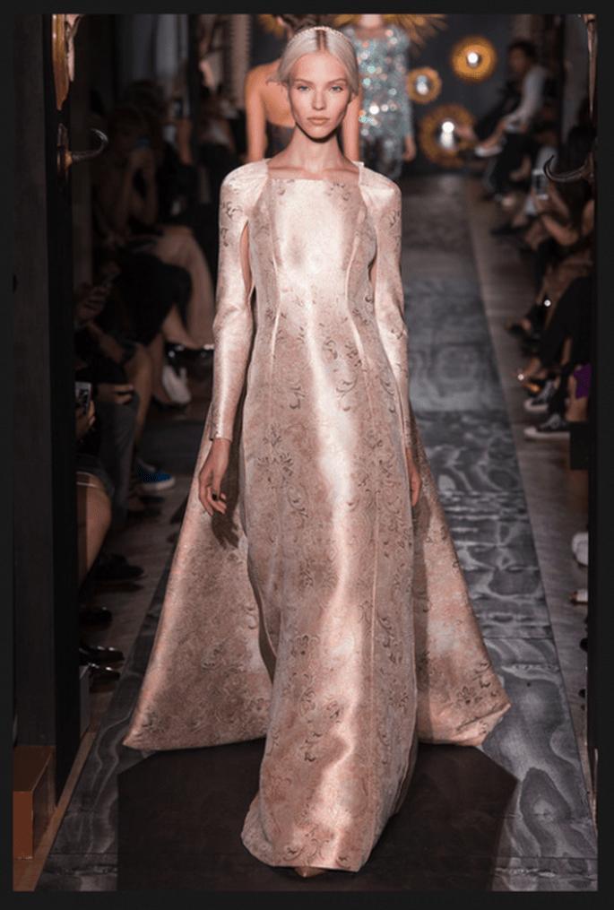 Vestido de novia alta costura en tono aperlado con mangas largas, cauda superpuesta y estampado de flores - Foto Valentino
