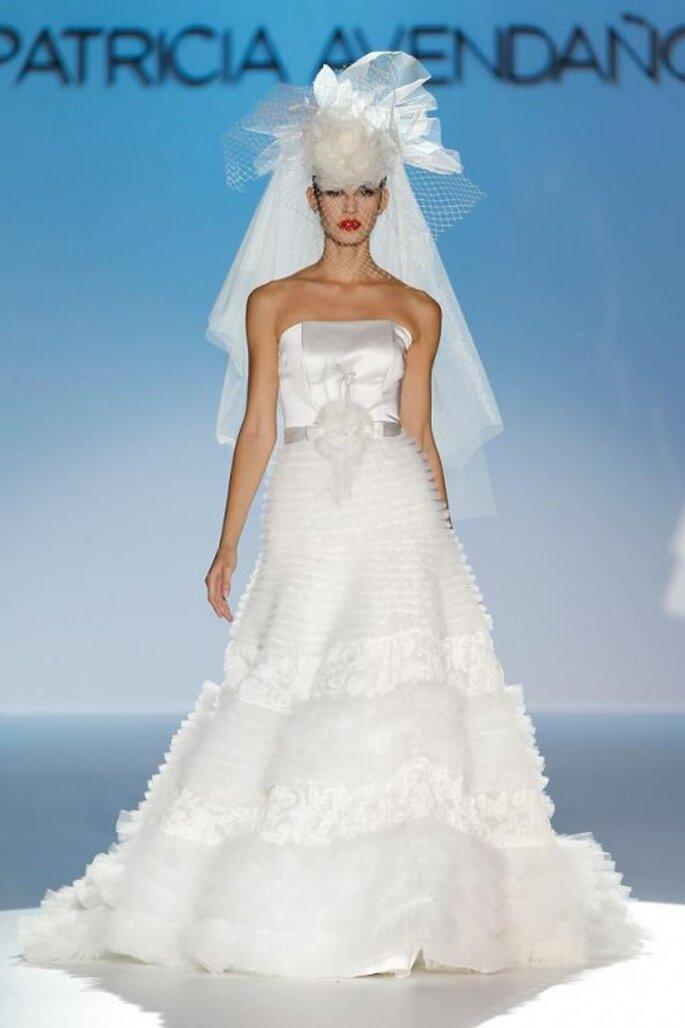 Vestido de novia elegante con corte princesa, falda vaporosa y tocado con inspiración retro - Foto Patricia Avendaño