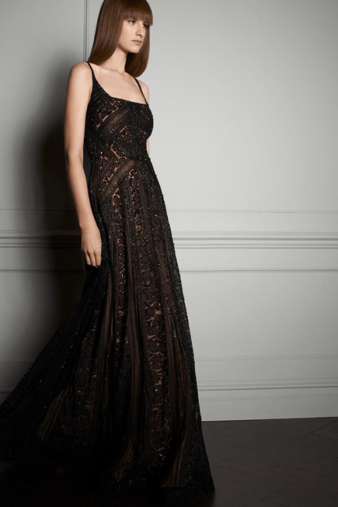 Vestido de fiesta largo en color negro con aplicaciones y tirantes discretos - Foto Elie Saab