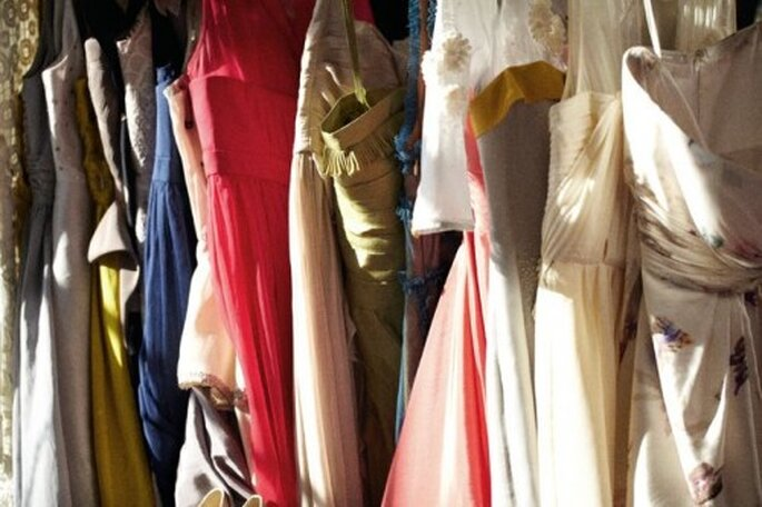 Kostüme für das Brautpaar samt Hochzeitsgesellschaft gibt es beim Kostümverleih – Foto: bhldn