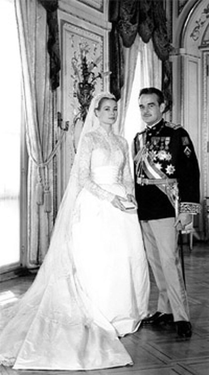 Grace Kelly y Rainiero de Mónaco. Vestido de novia años 50. Foto AFP