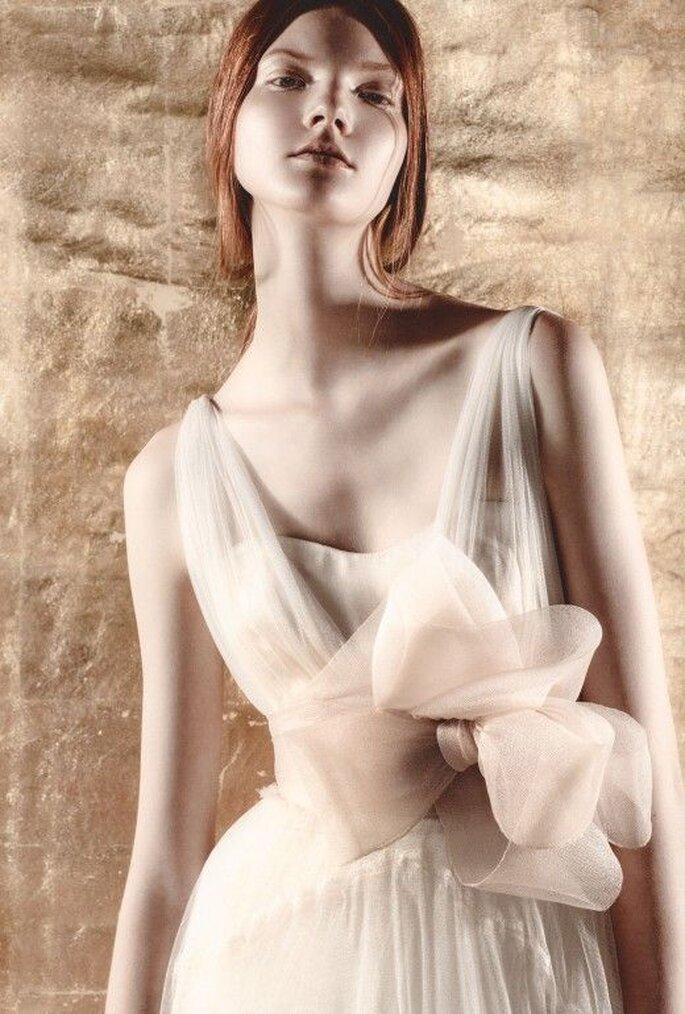Vestido de novia con tirantes y detalle tridimensional de flor en el costado - Foto Del Pozo