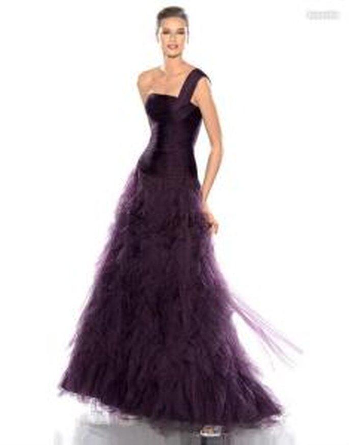 Pronovias Cóctel 2010 - Jeannette, vestido largo granate de corte princesa, escote transversal