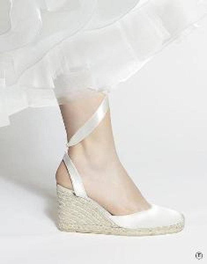 Zapato de tacón cuña en satén con lazado