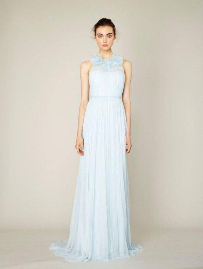Vestido de fiesta largo en color azul cielo con detalles bordados de encaje - Foto Marchesa