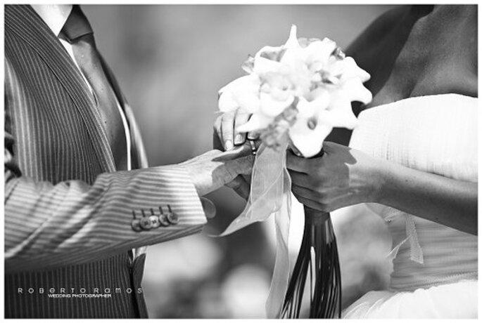 Novia colocando la argolla de matrimonio durante la boda - Foto Roberto Ramos