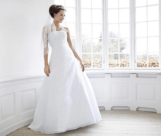 Brautkleid von Lilly aus der Kollektion Pure White 2012. Modell: 08-3066-WH. Preis: EUR 675,00