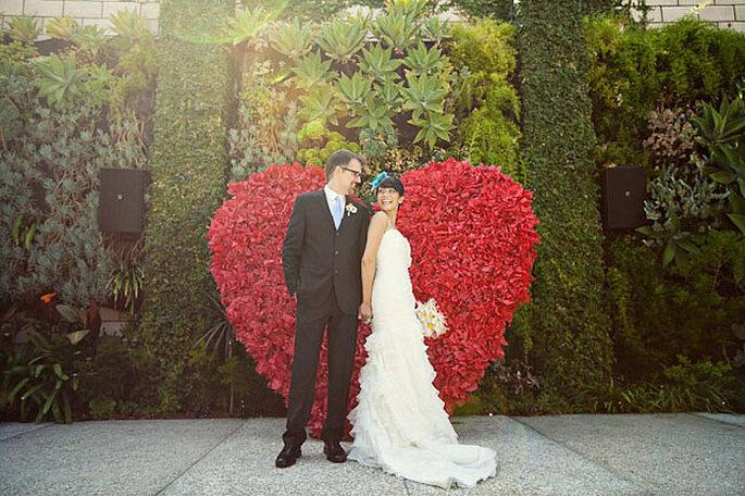 Un enorme corazón de flores rojas para unos novios apasionados. Foto: Ashley Rose