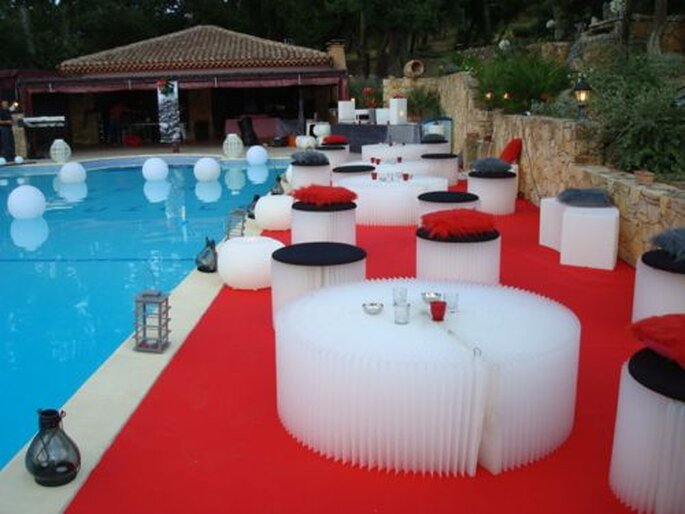 Rouge et gris : une belle combinaison de couleurs pour une décoration de mariage. - Photo : One Day Event