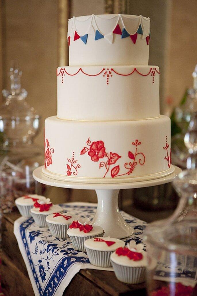 Pastel de boda blanco, a 3 niveles decorado con figuras en rojo
