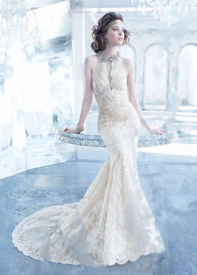 Vestido de novia 2013 con silueta trompeta, cuello en V estilo halter y bordados con motifs florales - Foto Lazaro en JLM Couture