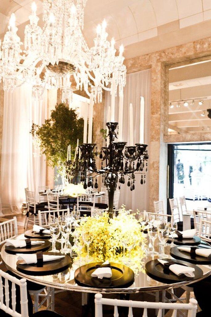 Mesa de boda con espejo y candelabros. Imagen Boutique de Tres