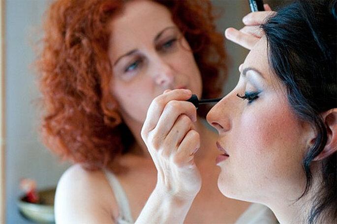 La estilista Mar Martínez, aplicando el maquillaje a la novia. Foto: Mar Martínez