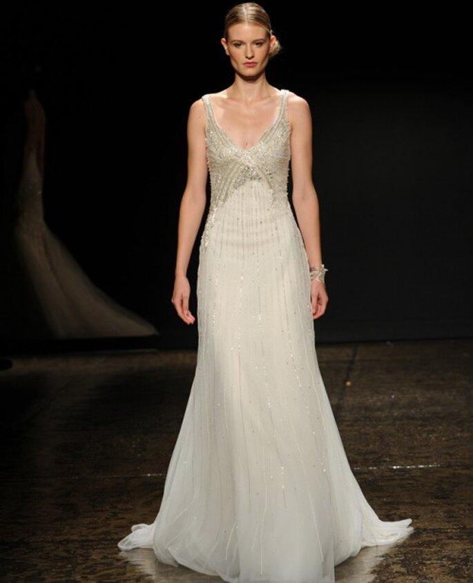 Vestido de novia 2014 con apliques en el corpiño, plisados y silueta columna para afinar silueta - Foto Lazaro