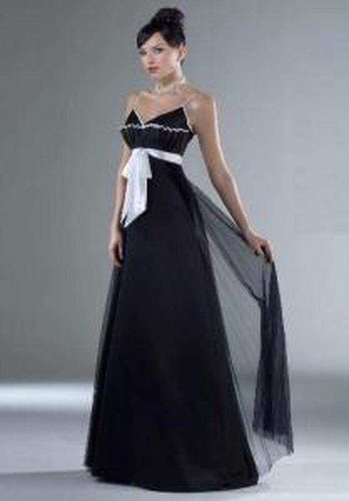 Esther Rodríguez 2009 - Raquel, vestido largo negro con cinturón blanco. Corte imperio con escote en V. En organza de seda
