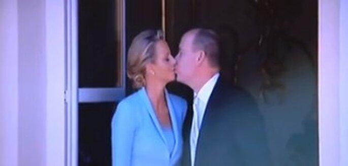 Der Kuss von Charlene Wittstock und Fürst Albert II. von Monaco auf dem Balkon