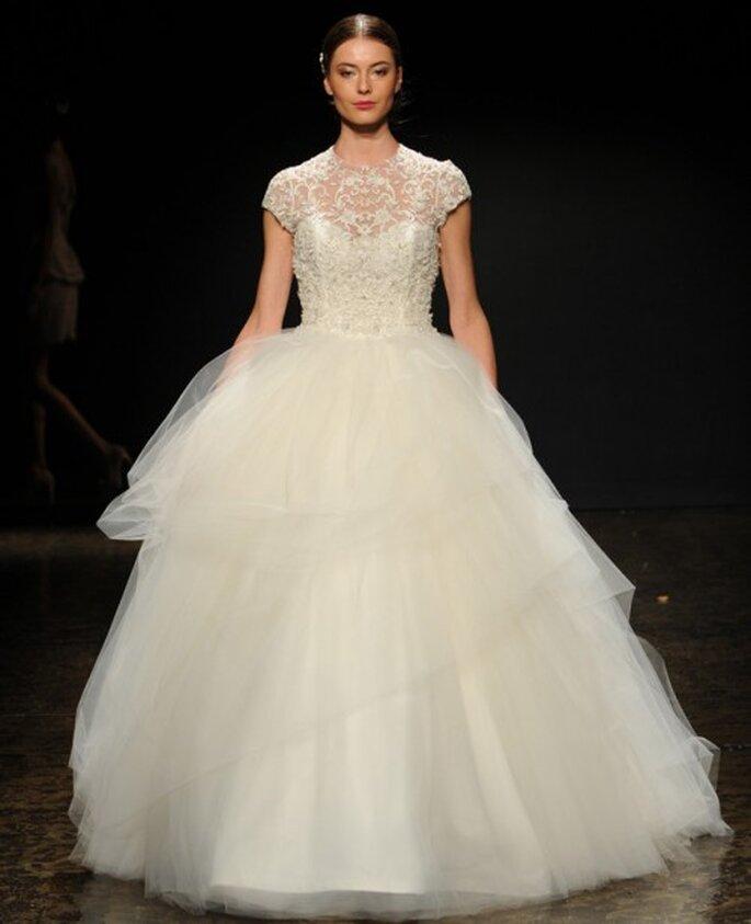 Vestido de novia con mangas cortas y corte princesa - Foto Lazaro