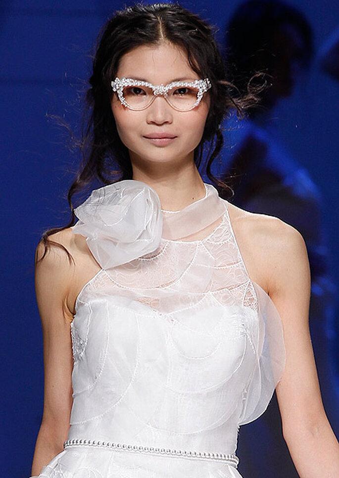 Gafas de novia con perlas, de YolanCris 2013. Foto: Barcelona Bridal Week