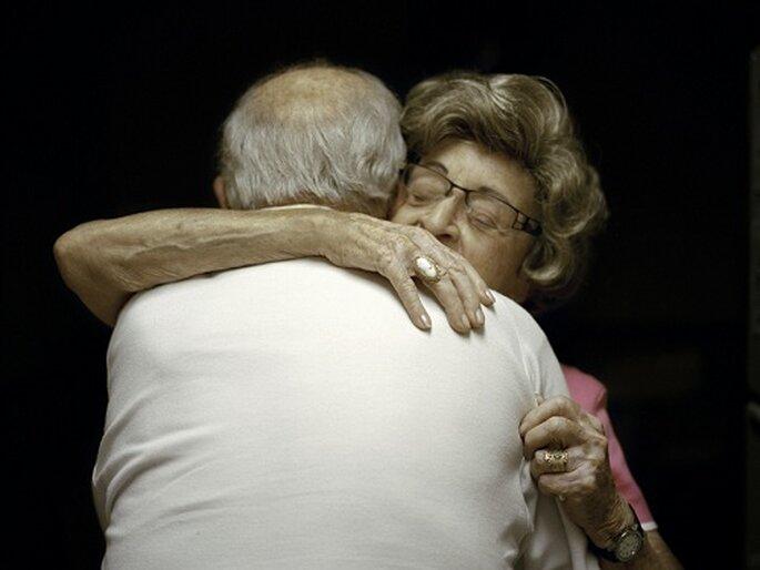 Moe Rubenstein abraza a su esposa en Sheepshead Bay, Brooklyn. Foto: L. Fleishman.