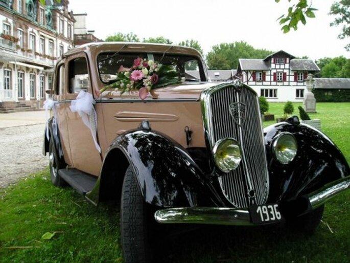 La voiture des mariés fait toujours sensation auprès des invités ! - Source : Location Rétro Mariage