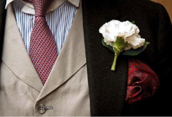 Marié avec une fleur à la boutonnière : quoi de plus chic ? - Photo : Mariage Hors Série