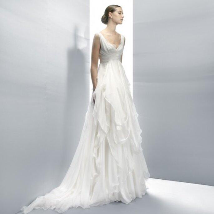 Vestido de novia en color blanco con cuello redondeado y falda con retazos de textil en la construcción - Foto Jesús Peiró