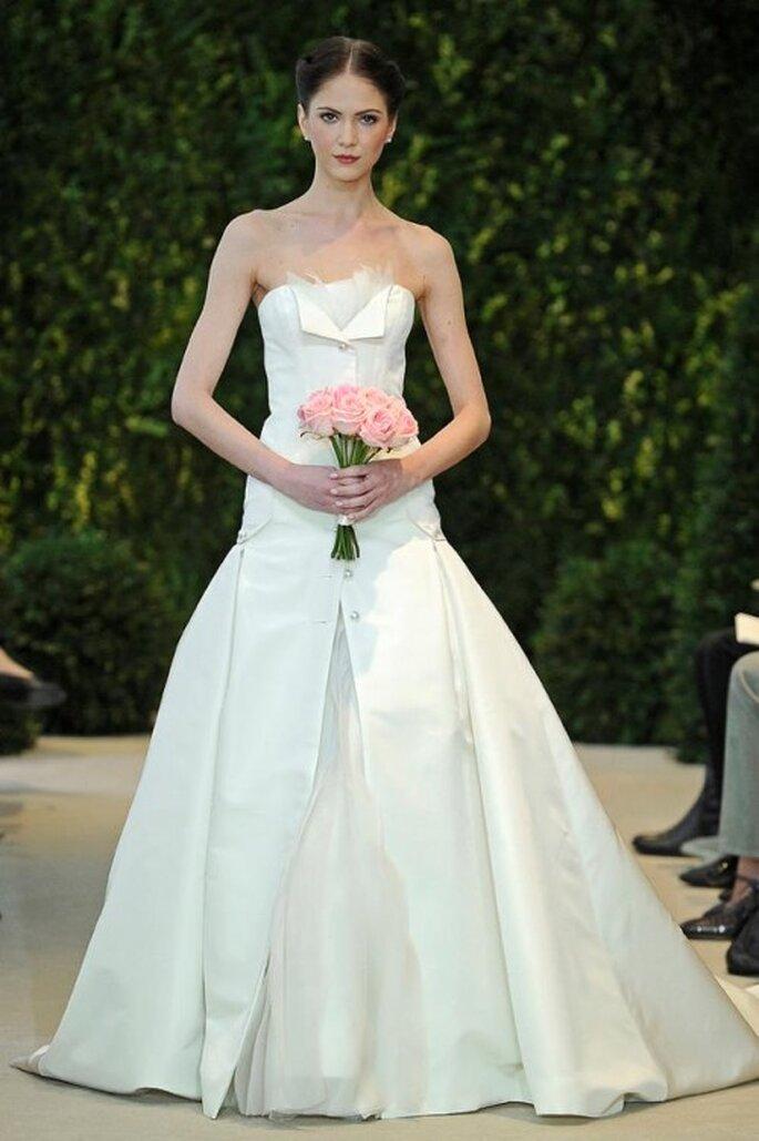 Vestido de novia con cintura baja, escote strapless y falda voluminosa - Foto carolina Herrera