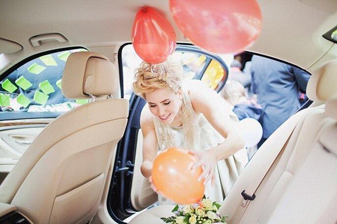 El coche de novios estaba decorado con globos y mensajes. Foto: Díez & Bordons.