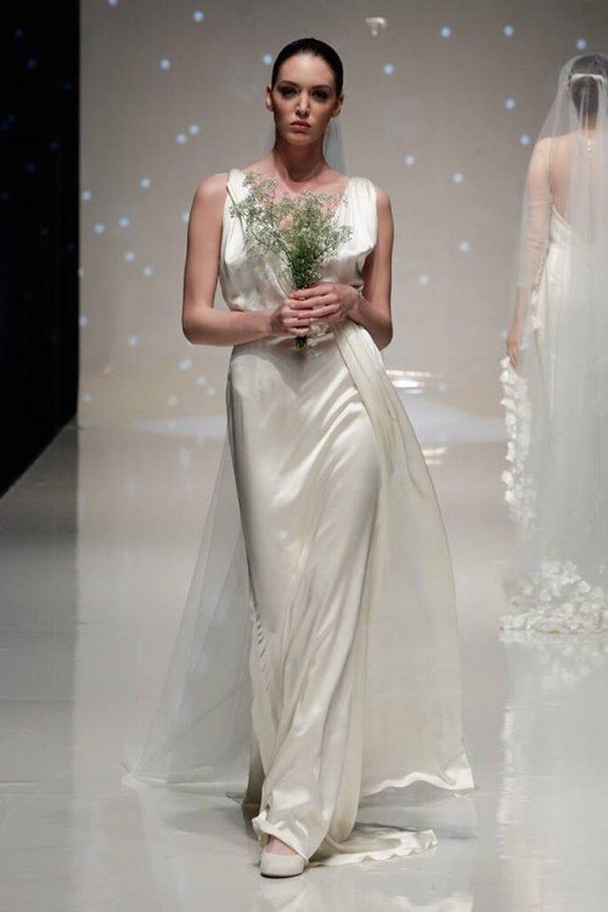 Vestido de novia 2014 con estilo retrpo de acabado satinado, tirantes gruesos, escote profundo en V y cauda superpuesta - Foto Elizabeth Stuart