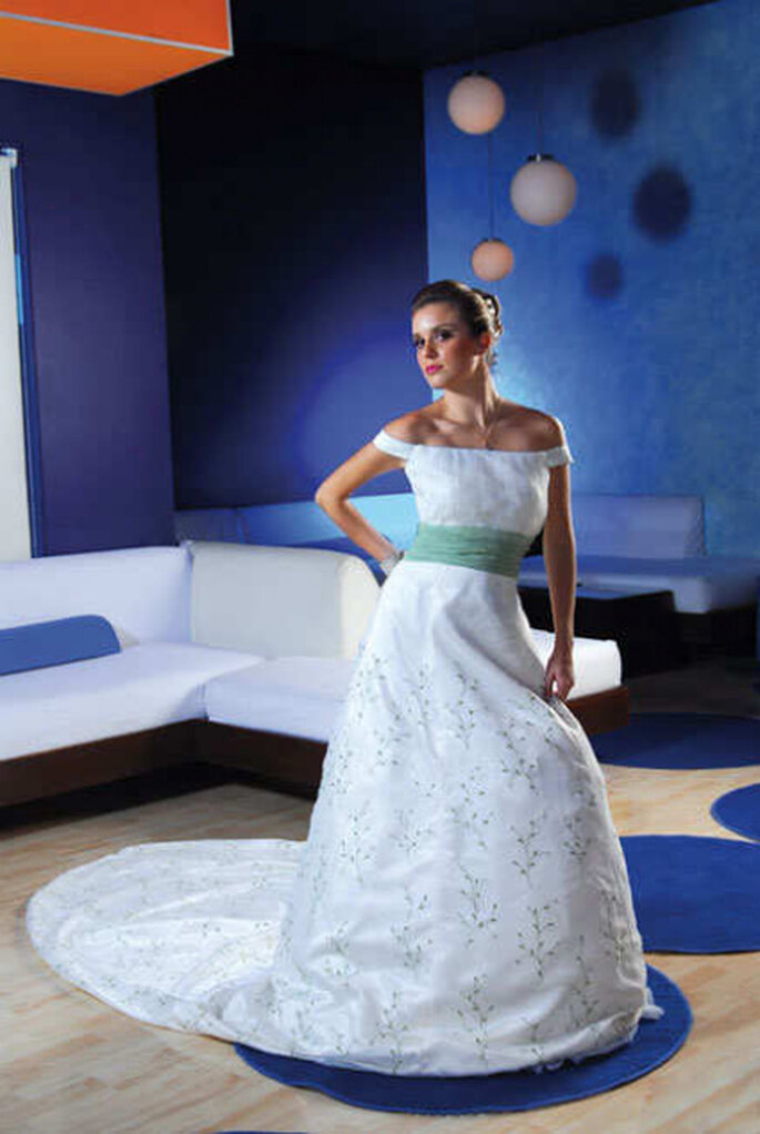 Blanco puro y aguamarina: estupenda y original combinación para un vestido de larga cola bordada. Solo para novias muy exigentes